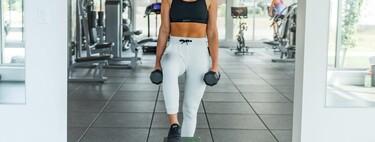 Cinco ejercicios con mancuernas para entrenar los glúteos en casa