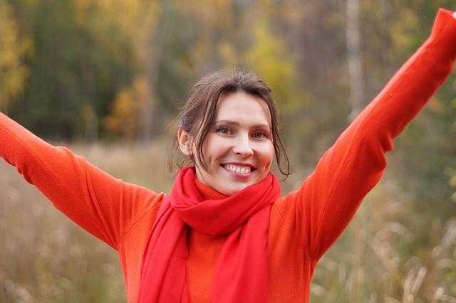 Mujer de rojo sonriendo.