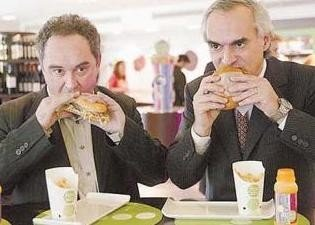 Ferrán Adrià comiéndose una hamburguesa