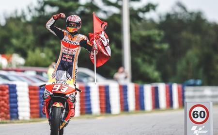 A Marc Márquez se le acabaron los rivales en MotoGP y ya solo corre contra las leyendas del motociclismo