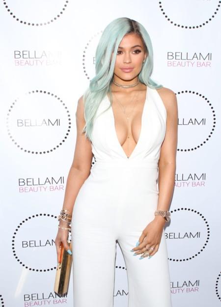 Cómo (no) lucir un look total white, por Kylie Jenner (nuevo color de pelo incluído)