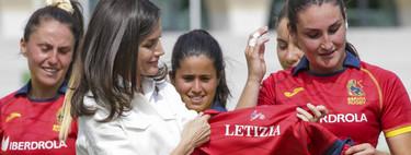 Doña Letizia se apunta a las cuñas de esparto para sus looks de verano