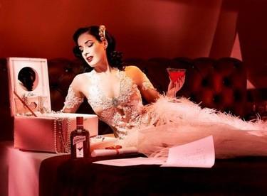 ¿Por qué a Dita Von Teese sólo la vemos en presentaciones con alcohol de por medio?