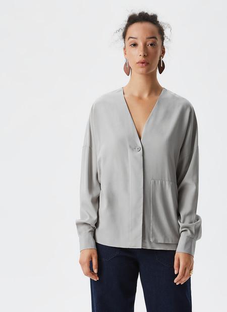 https://www.adolfodominguez.com/es/camisa-de-liocel-con-maxibolsillo-21907503492?c=2190750349