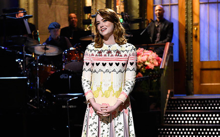 Tu opinión sobre los jerséis navideños cambiará al ver el look de Emma Stone en Satuday Night Live