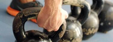 Cinco ejercicios que hacen de las kettlebells la rutina ideal para quienes no tienen tiempo, espacio ni equipo para ejercitarse