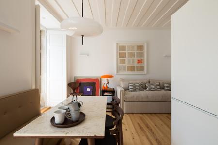 Un apartamento bonito y funcional en el que reinan el orden y la simetría