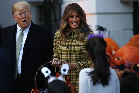 Melania Trump elige un precioso abrigo de cuadros para Halloween