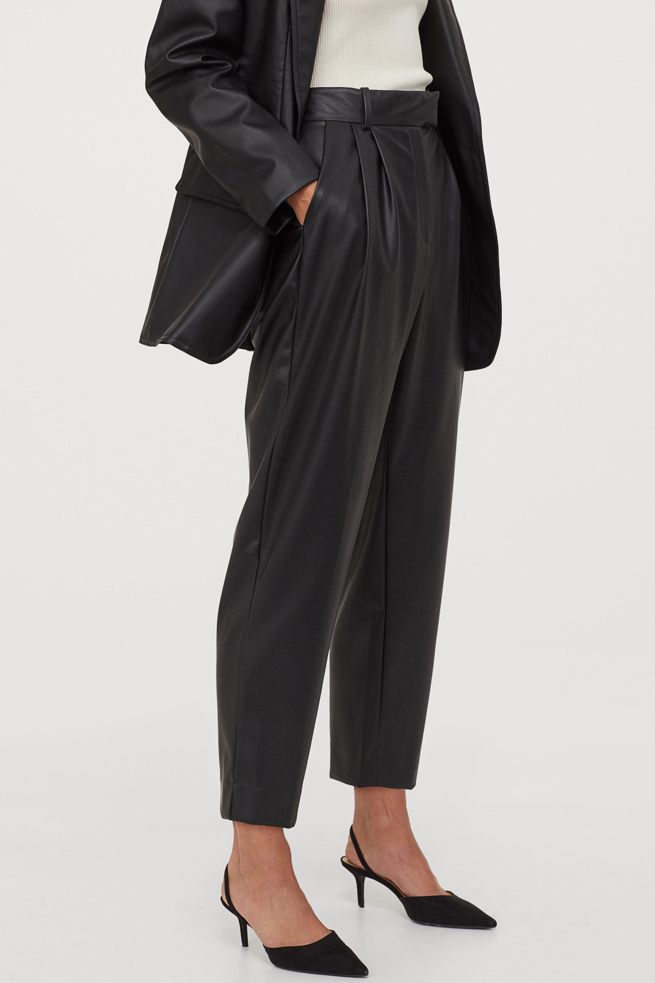 Pantalón slouchy con pinzas de piel sintética