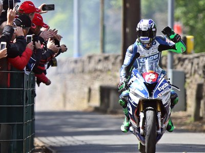 Fractura de fémur y hospitalización para Ian Hutchinson tras una fuerte caída en el Senior TT