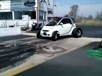 Smart + V8 + llantas de arrancones = Diversión