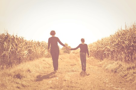 Madre e hija andando