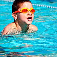 ¿Cómo se desarrollará tu hijo según el estilo de natación que practique?