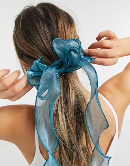 Los accesorios de pelo en organza siguen siendo la opción más romántica y elegante (y estos de Asos lo confirman)