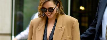 Emilia Clarke nos muestra cómo lucir un abrigo oversize más grande que nosotras mismas y triunfar