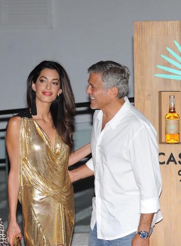 Amal Clooney se convierte en una burbuja de Freixenet en su desembarco a Ibiza ¿Es la mujer más estilosa de los últimos tiempos?