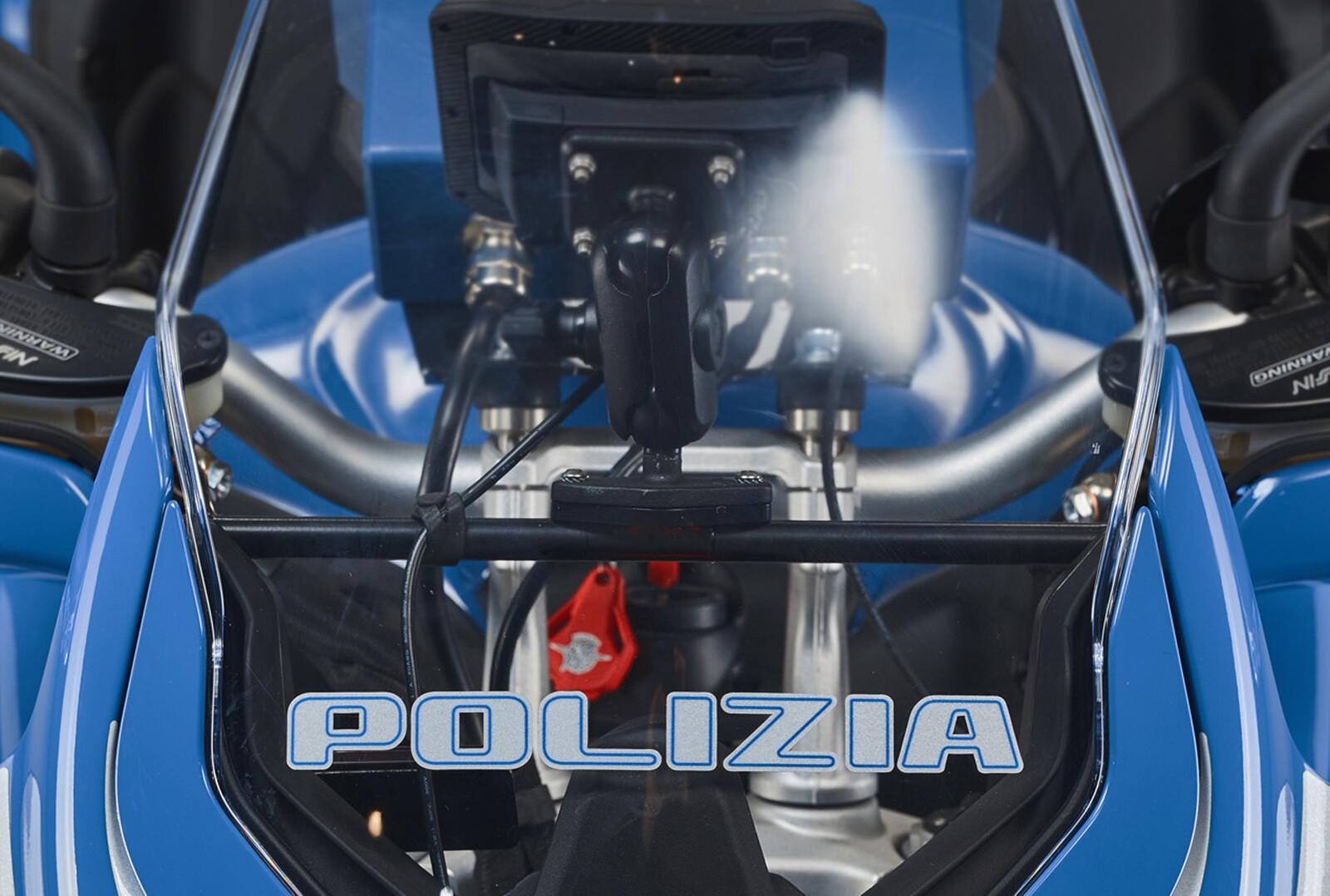 Foto de MV Agusta Turismo Veloce 800 Lusso SCS de la policía de Milán (20/20)