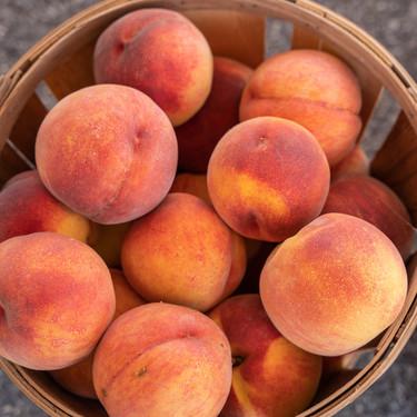 El melocotón, una fruta de temporada para apurar el verano, cargada de propiedades (y cinco recetas para que brille)