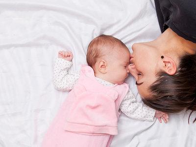 Tu piel y la de tu bebé no son iguales: conócelas y aprende a cuidar la de tu peque