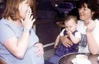 Embarazadas que fuman aumentan la tensión arterial de su bebé