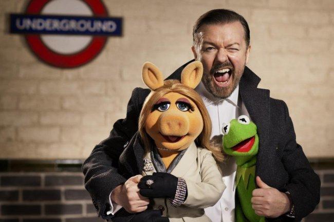 Ricky Gervais en una foto oficial de The Muppets... Again!