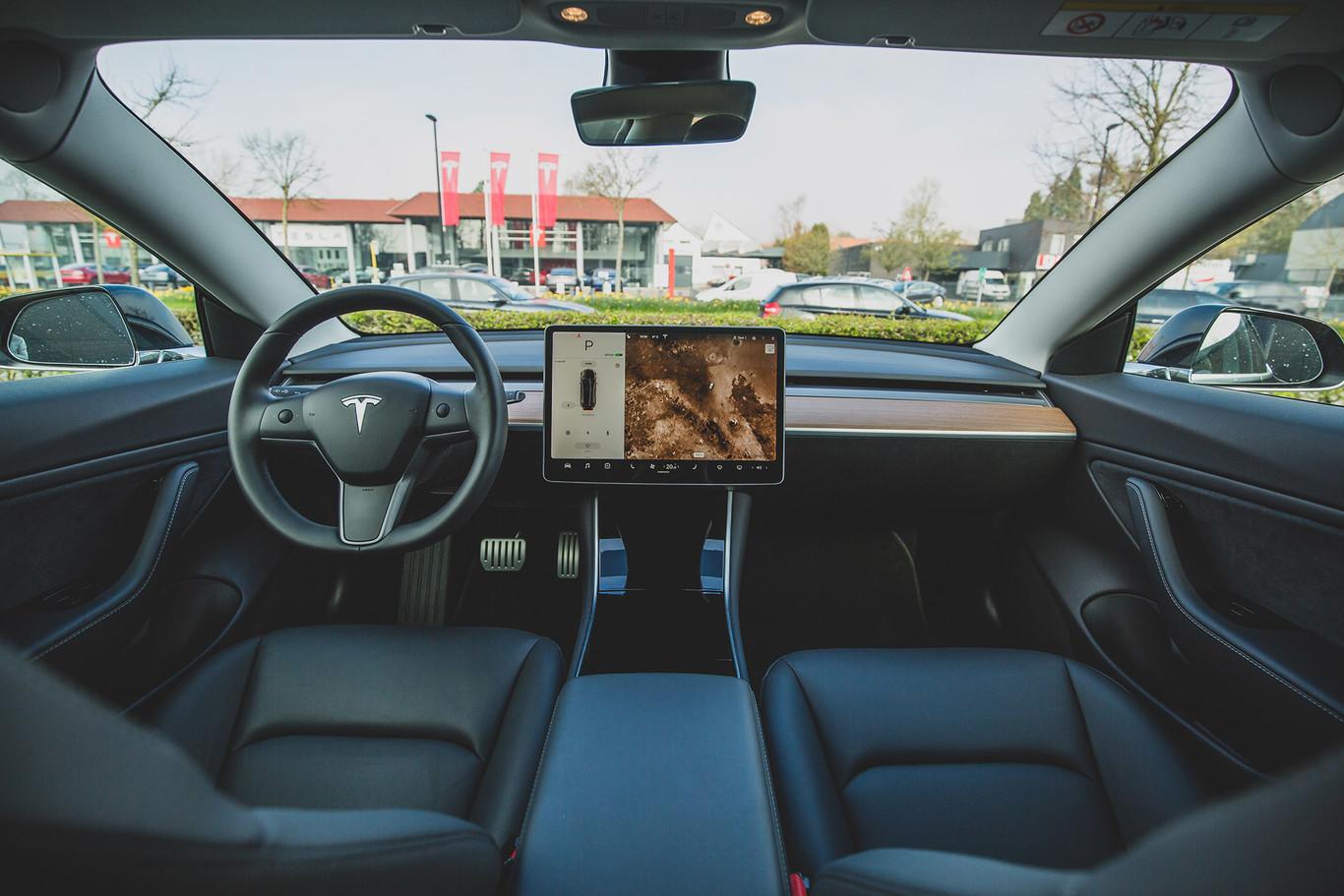 Si dominas Python y C/C++, Elon Musk puede tener un trabajo para ti en Tesla