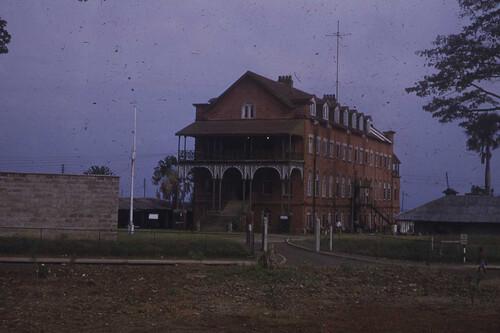 La primera universidad de estilo europeo en África subsahariana occidental