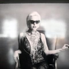 Foto 3 de 5 de la galería nuevas-fotos-de-lady-gaga-escotada-de-infarto-y-posando-para-polaroid en Poprosa