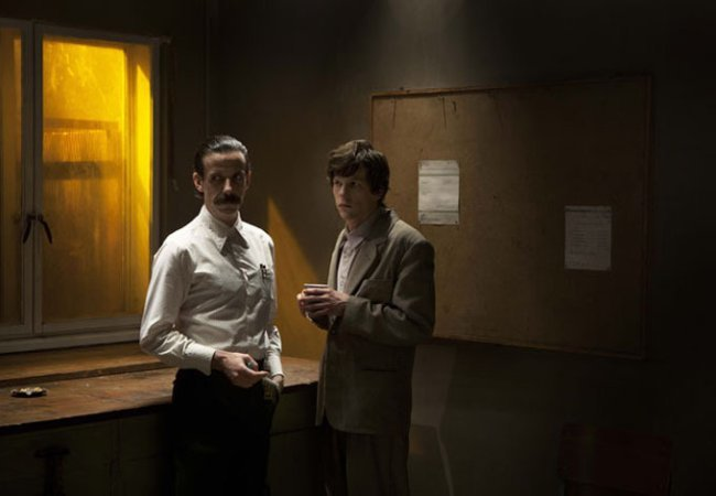 Noah Taylor y Eisenberg en The Double
