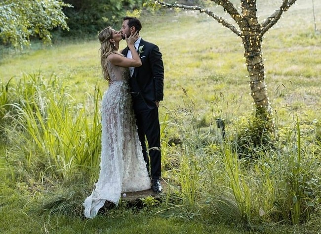 """Ashley Greene ha dado el """"sí, quiero"""". Y no con uno, sino con dos vestidos de novia diferentes"""
