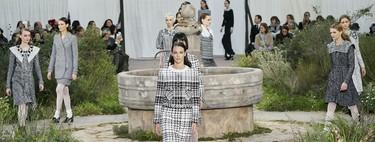 La romántica colección de Chanel Alta Costura Primavera 2020 brilla por el uso del tul y el tweed mientras concede el protagonismo a la silueta de los cuellos y las mangas
