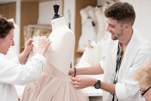 ¿Cuánto tiempo cuesta hacer un vestido de Dior?