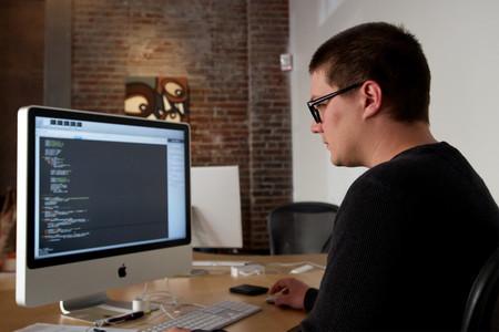 El 74% de los desarrolladores son autodidactas, YouTube se ha convertido en su escuela... y Vim aplasta a emacs