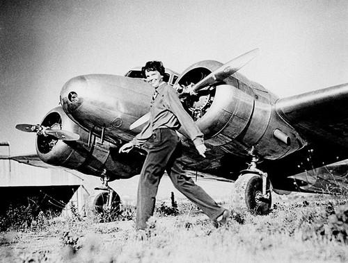 Amelia Earhart, la primera aviadora en casi todo