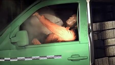 Este estremecedor vídeo demuestra cómo a 50 km/h una carga mal asegurada en la furgoneta puede ser mortal