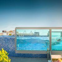 Peñíscola estrena una piscina suspendida en el aire y con paredes de cristal