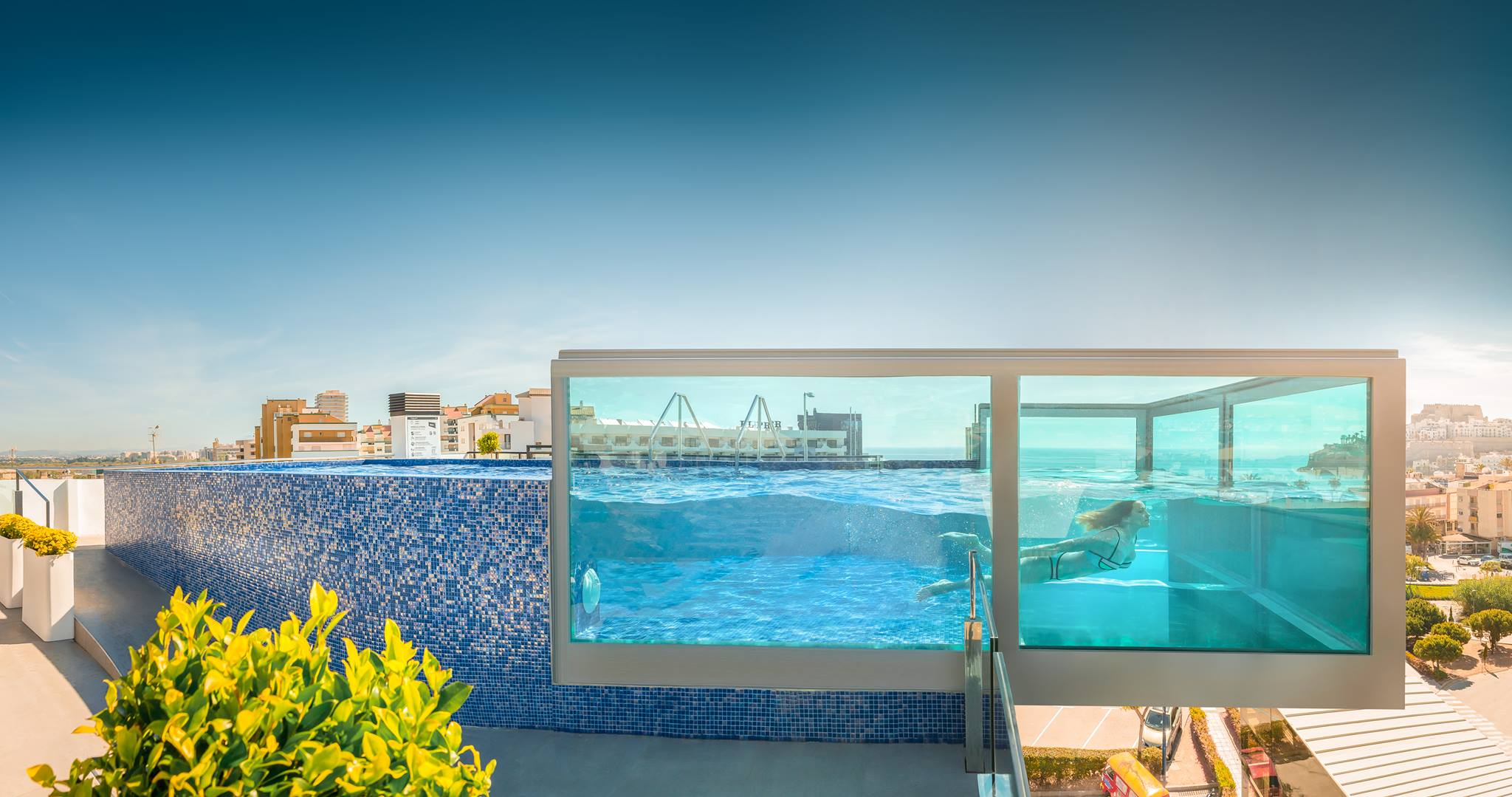 Pe scola estrena una piscina suspendida en el aire y con for Escaleras piscina para personas mayores