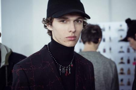 Los collares de perlas negras con charms de Dior, los últimos must have si se quiere ser cool