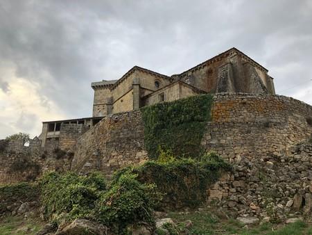 El espectacular Castillo de Monterrei, su iglesia románica de Santa María de Gracia y los viñedos de Roberto Verino