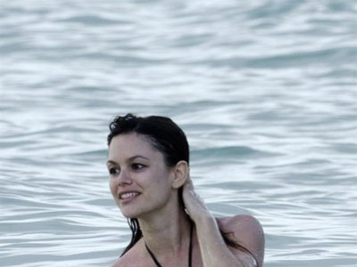 Las famosas ya lucen cuerpo en la playa con los bikinis de moda