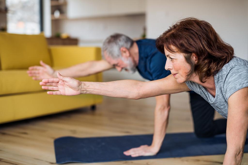 Cinco ejercicios de movilidad para que los adultos mayores se mantengan activos durante la cuarentena
