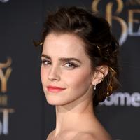 Emma Watson vuelve a sorprender con su recogido en el estreno de la Bella y la Bestia en los Ángeles