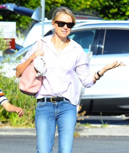 Naomi Watts camisa rosa