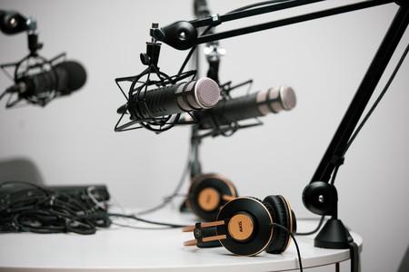 Estudio de grabación con micrófonos y auriculares de diadema