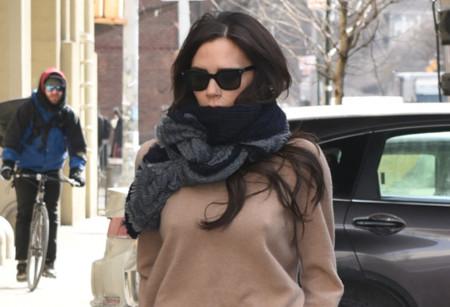 Victoria Beckham se apunta a lucir tobillo, el frío no entiende de moda