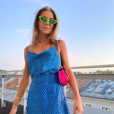 Los bolsos mini de colores son útiles para llevar solo el móvil, las llaves y el pintalabios en verano
