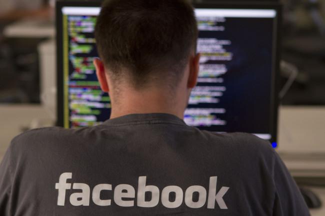 Ingeniero de Facebook™ trabajando