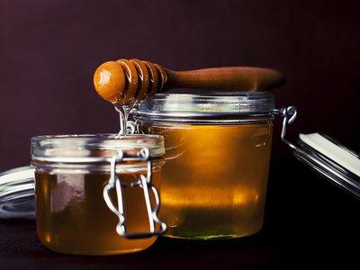 La miel también es un azúcar y por eso deberías evitarla en tu dieta