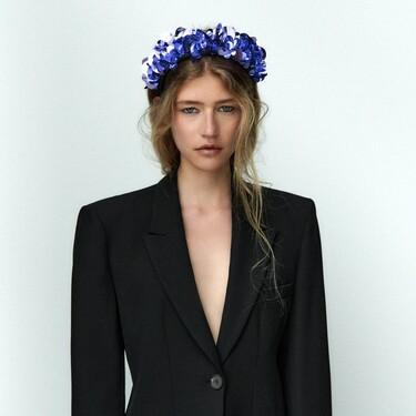 Las diademas repletas de pedrería (y lentejuelas) vuelven a invadir la colección de Zara