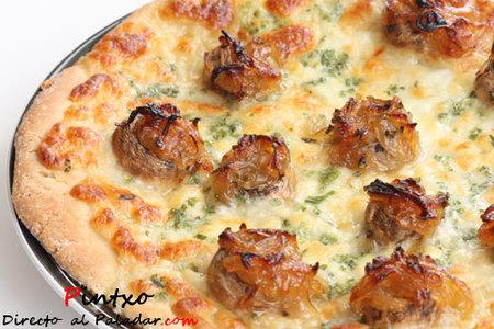 Pizza blanca con champiñones y cebolla caramelizada. Receta